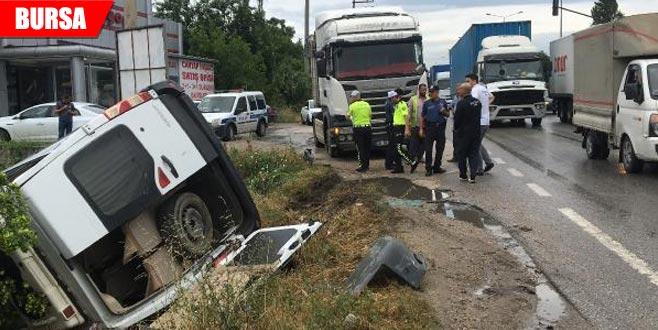 TIR'ın çarptığı servis minibüsü dereye yuvarlandı