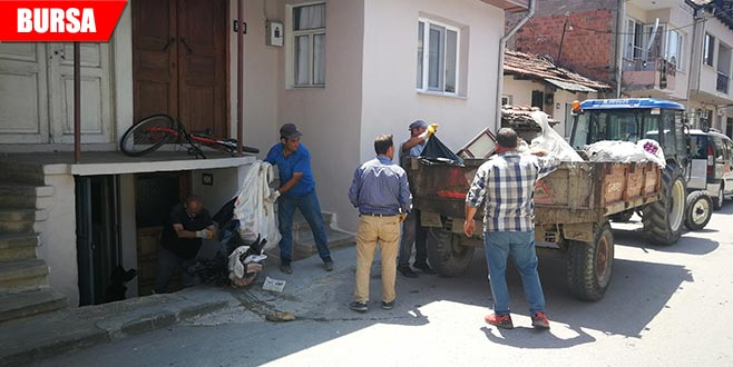Yalnız yaşayan kadının evinden 8 römork çöp çıktı