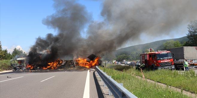Zincirleme kaza: Araçlar yandı, ulaşım aksadı