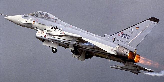 Almanya'da iki savaş uçağı havada çarpıştı