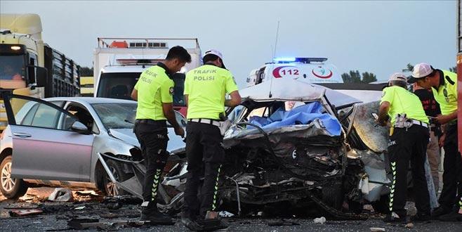 İki otomobil çarpıştı: 3 ölü, 1 yaralı