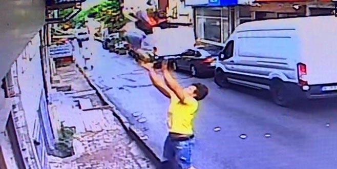 İstanbul'da günün kahramanı! Bebeği havada yakaladı...