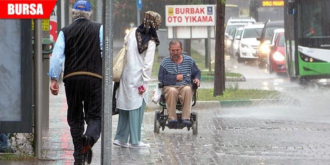 Yağmurda engellinin zor anları