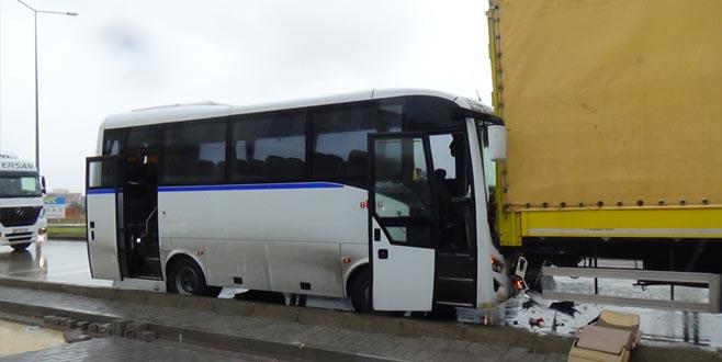 Balıkesir'de işçi servisi TIR'a çarptı: 18 yaralı