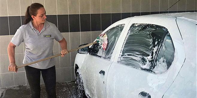 Şehrin ilk ve tek kadın oto yıkamacısı