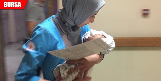 Annesinin kucağında yaralanan bebek için herkes seferber oldu