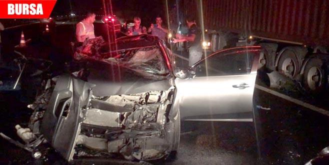 Otomobil park halindeki TIR'a çarptı: 2 ölü