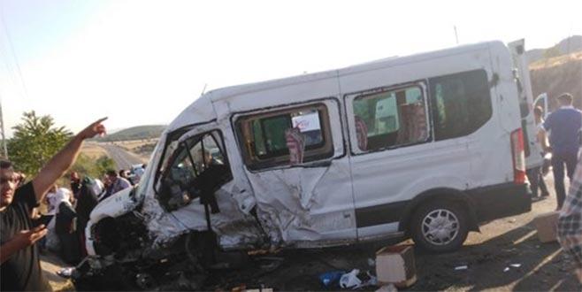 Minibüs ile otomobil çarpıştı: 1 ölü, 13 yaralı