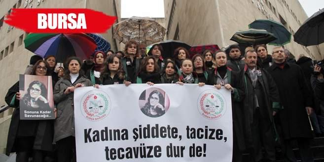 Avukatlar yağmur altında Özgecan için eylem yaptı