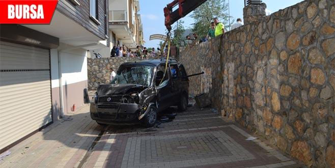 Kontrolden çıkan araç karşı şeritteki otomobille çarpıştı