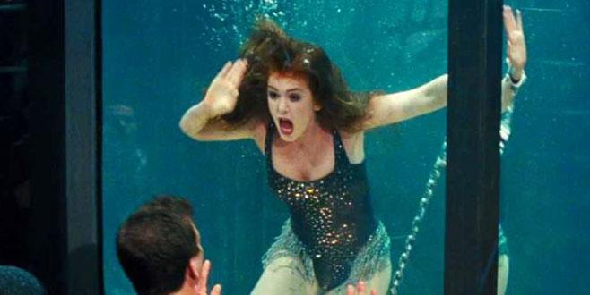 Su dolu tankın içinde boğulan oyuncuyu, rol yapıyor sanıp kurtarmadılar!