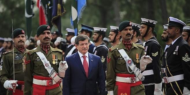 Davutoğlu Pakistan'da resmi törenle karşılandı