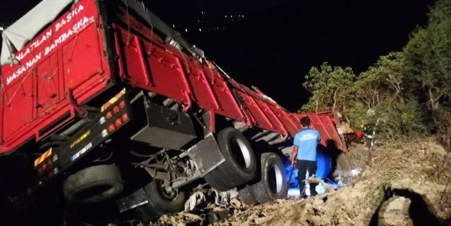 Bursa'da kamyon uçuruma yuvarlandı: 1 ölü