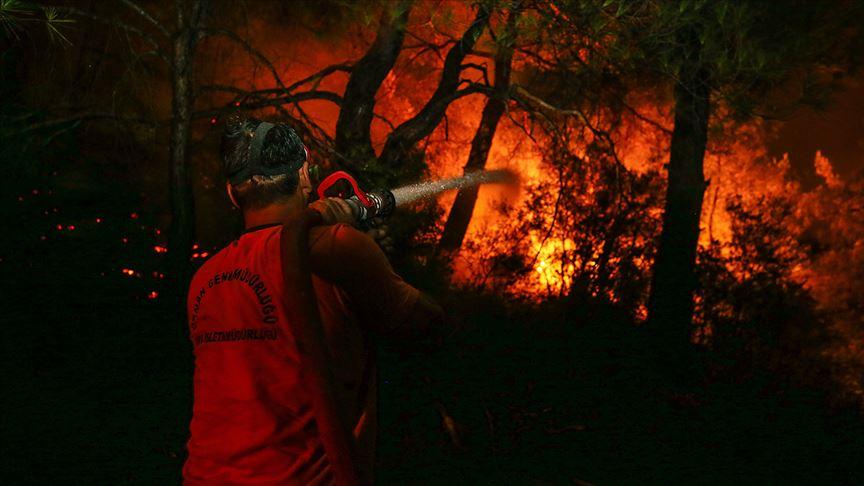 Seferihisar ve Menderes'deki yangınlar yerleşim merkezlerinden uzaklaştırıldı