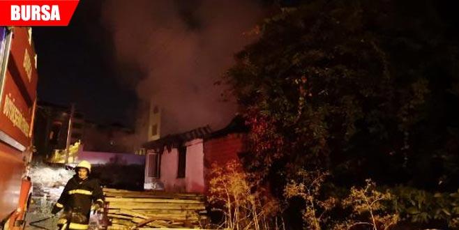 Annesine kızıp evi ateşe verdi