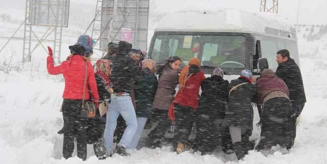 Kara saplanan minibüsü işçiler kurtardı