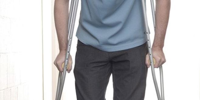 Koltuk değnekleriyle girdiği hastaneden yürüyerek çıktı