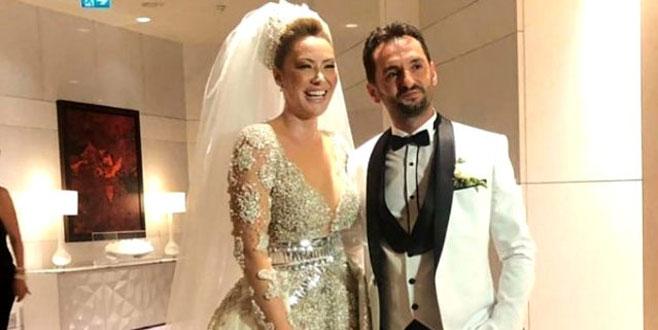 15 yıl sonra evlenen ünlü şarkıcıya kilolarca altın takıldı!