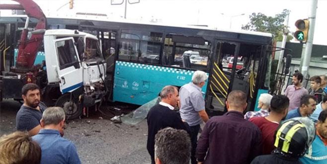 Kamyon ile halk otobüsü çarpıştı: 9 yaralı