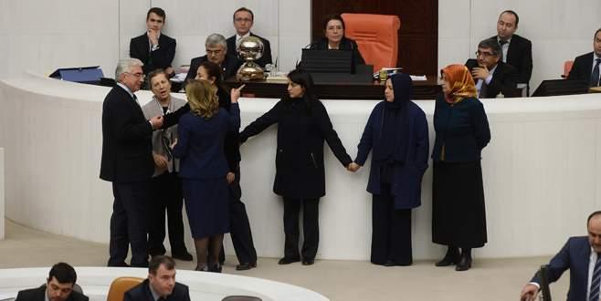 AK Partili kadın vekillerden koruma zinciri