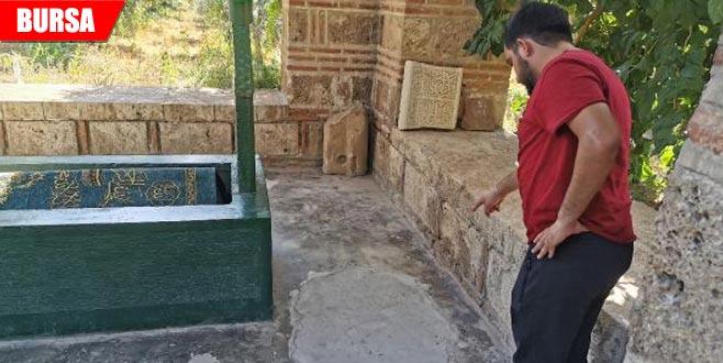 600 yıllık türbede definecilerin açtığı çukur kapatıldı
