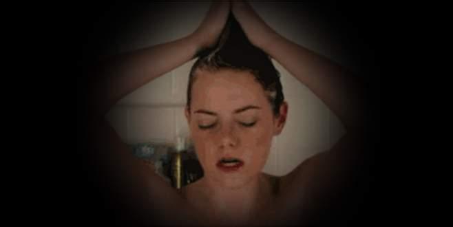 Banyodaki kızını gizlice gözetleyeni dövdü, ceza aldı