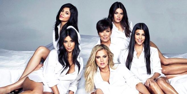 Kızlarını gölgede bıraktı! 64'lük anne siyah bikinili pozuyla büyüledi