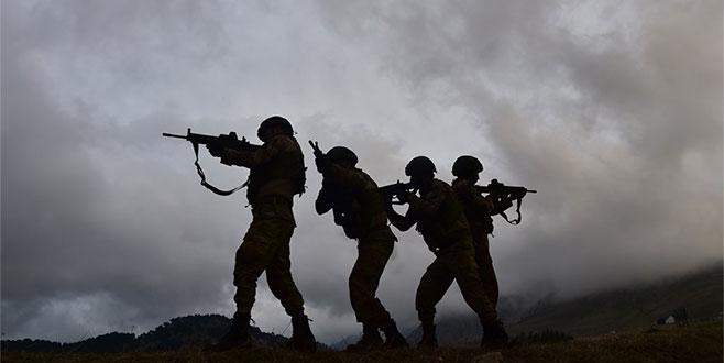 Barış Pınarı Harekatı'nda kara birlikleri sınırı geçti