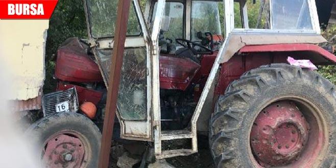 Freni boşalan traktör evin duvarına çarptı
