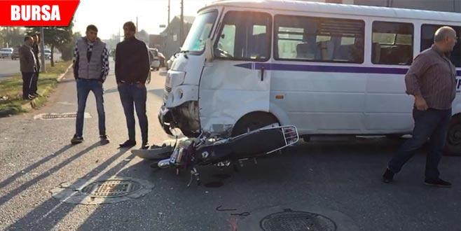 Servis minibüsü ile motosiklet çarpıştı: 1 ağır yaralı