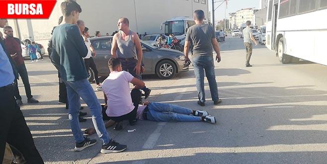 Otomobil ile motosikletin arasında kalan yaya ölümden döndü