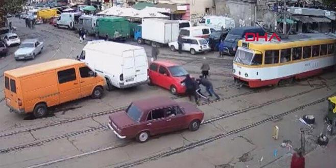 Aracını tramvay yoluna bırakıp gitti, trafiği 2 saat boyunca felç etti