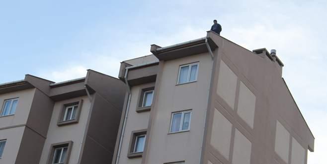 Engelli oğlu için çatıya çıktı