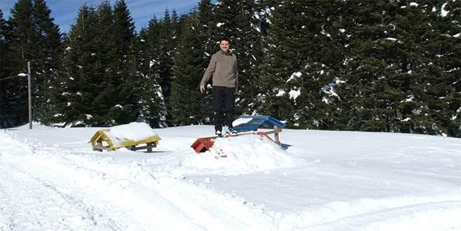 Uludağ'da tabela ve binalar karlar altında