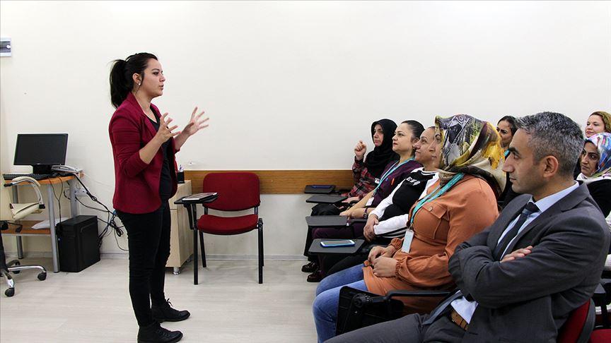 Sağlık personeli engeli kaldırmak için işaret dili öğreniyor