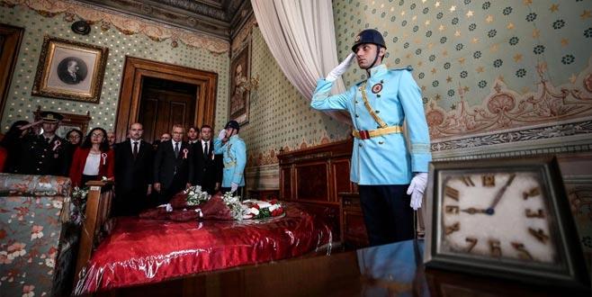 Dolmabahçe Sarayı'nda nöbetteki polis gözyaşlarını tutamadı ile ilgili görsel sonucu