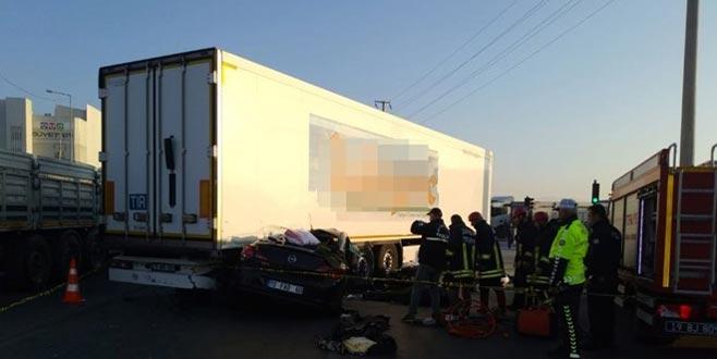 Otomobil TIR'ın altına girdi: 3 ölü