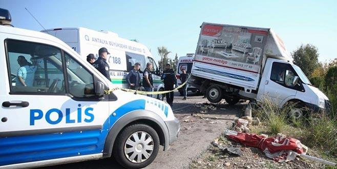 Çilek satan çocuk kamyonetin altında kalarak öldü