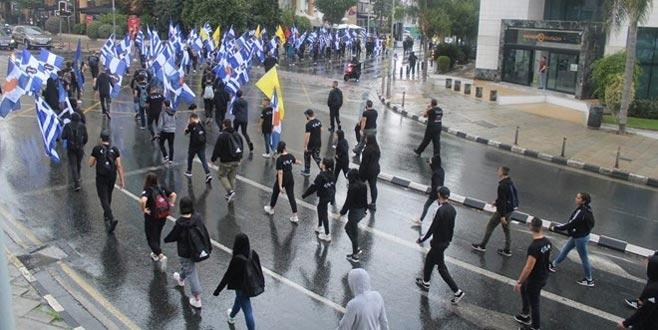 Rumlar KKTC bayrağı yaktı