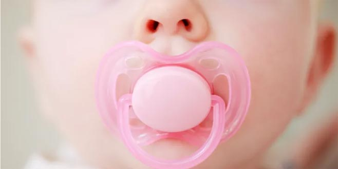 Emzik bebeği sakinleştirme aracı olarak kullanılmamalı