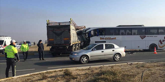 Yolcu otobüsüyle TIR çarpıştı: 2 ölü, 21 yaralı