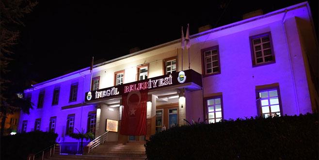 Belediyeye ait binalar, çocuklar için mavi ışıklarla aydınlatılıyor