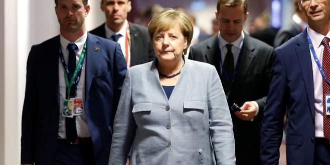 Merkel'den Türkiye'ye mülteci övgüsü