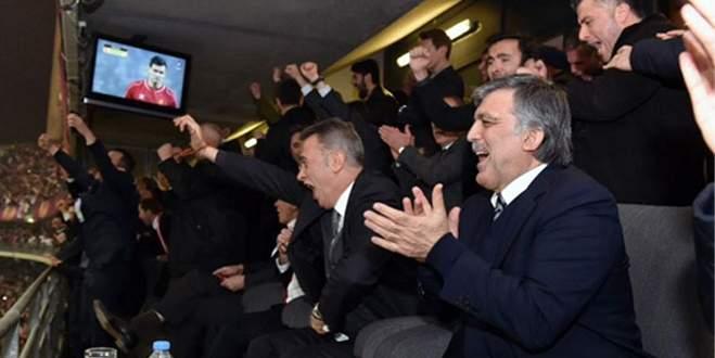 Abdullah Gül'den galibiyet pozu