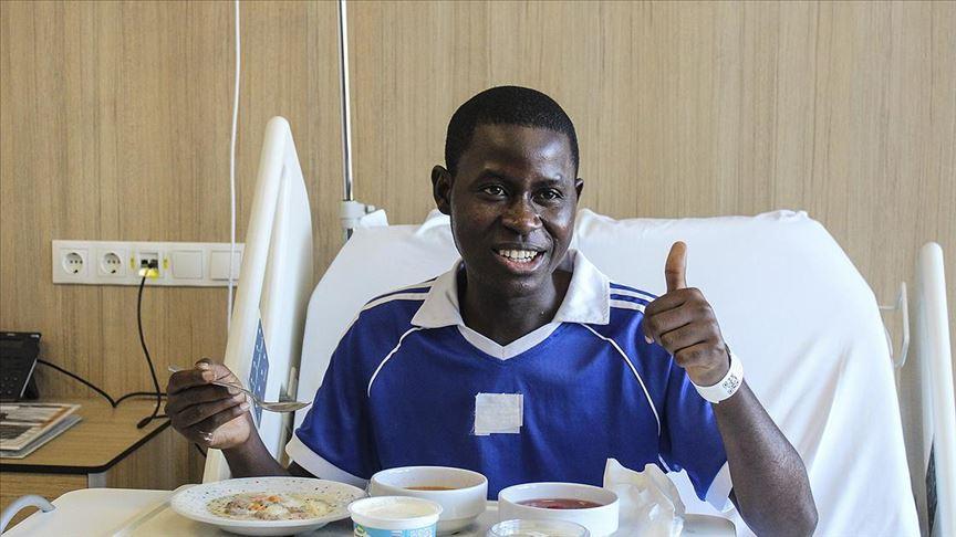 Nijeryalı gencin yapışık yemek borusu 'mıknatıs'la açıldı