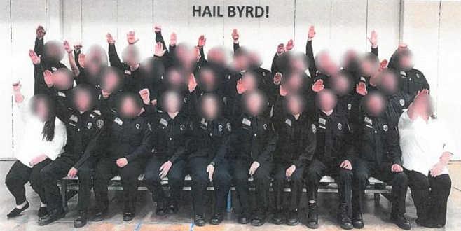 'Nazi selamı' fotoğrafınedeniyle açığa alındılar