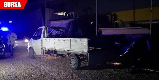 İş yeri sahibini gören hırsızların kamyonetlerini bırakarak kaçtığı an kamerada