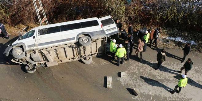 Özel harekat polislerini taşıyan minibüs devrildi: 3 yaralı