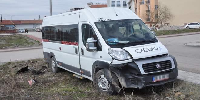 Öğrenci minibüsü otomobille çarpıştı! Yaralılar var!