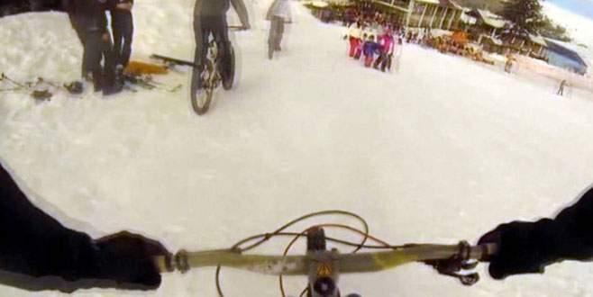 Teleferikle Uludağ'a çıkıp karın üzerinde bisiklet sürdüler